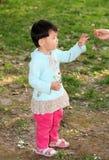 Meisje het spelen op het gras Royalty-vrije Stock Fotografie