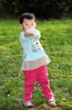 Meisje het spelen op het gras Stock Afbeelding