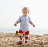 Meisje het spelen op het strand Stock Afbeeldingen