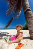Meisje het spelen op het strand Stock Foto