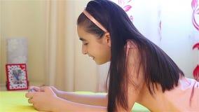 Meisje het spelen op smartphone stock videobeelden
