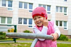 Meisje het spelen op speelplaats dichtbij huis royalty-vrije stock foto