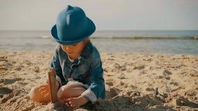 Meisje het spelen op het strand in de zomer stock video
