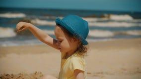 Meisje het spelen op het strand in de zomer stock footage