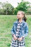 Meisje het spelen in het park op groene achtergrond stock foto