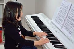 Meisje het spelen piano Stock Afbeelding