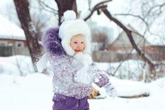 Meisje het spelen sneeuw Stock Afbeeldingen