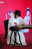 Meisje in het spelen van guzheng Stock Fotografie