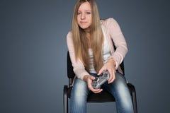 Meisje het spelen videospelletjes Stock Afbeelding