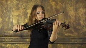 Meisje het spelen viool op uitstekende achtergrond stock video
