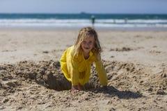 Meisje het Spelen in Zand bij het Strand Stock Afbeelding