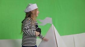 Meisje het spelen in zeeman stock video