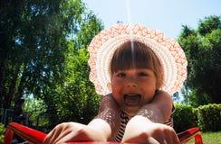 Meisje het spinnen op de en rit die verheugen lachen zich Royalty-vrije Stock Foto's