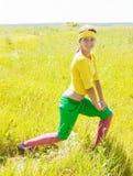 Meisje in het sportieve kostuum uitoefenen Stock Afbeelding