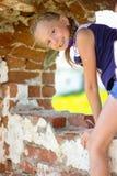 Meisje het stellen in de ruïnes van een oud gebouw royalty-vrije stock foto's