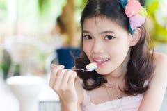 Meisje het stellen eet een lepel van cake Stock Foto's