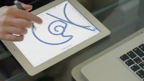 Meisje het stellen op een vectorillustratie van tabletpc stock footage