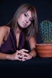 Meisje het stellen in studio met cactus Stock Foto's