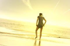 Meisje in het strand Stock Afbeeldingen