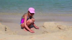 Meisje, het strand van Mallorca stock videobeelden