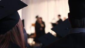 Meisje het toejuichen om gediplomeerden met uitstekende verwezenlijking op school geluk te wensen stock video