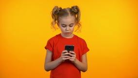 Meisje het typen op smartphone die, met succes taak in onderwijsapp oplossen stock video