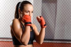 Meisje het vechten in een ring stock fotografie