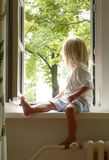Meisje in het venster Stock Foto's