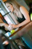 Meisje in het venster van een koffiewinkel die wordt gezeten Stock Foto