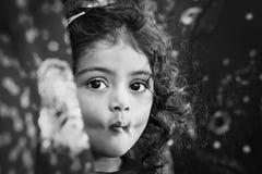 Meisje het Verbergen tussen Oudere ` s Sari ` s Stock Afbeelding