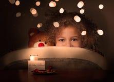 Meisje het verbergen in wachttijd van Vader Christmas Stock Afbeelding