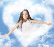 Meisje het vliegen door a heartshaped wolk stock foto's