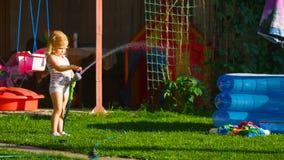 Meisje het water geven gazon stock footage
