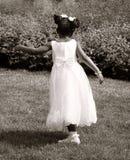 Meisje in het witte huwelijkskleding dansen Stock Foto
