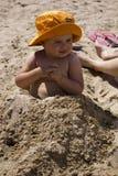 Meisje in het zand Stock Afbeeldingen