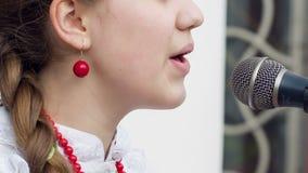 Meisje het Zingen in de Russische Traditie stock video
