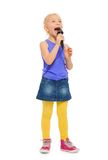 Meisje het zingen karaoke in microfoon en status Stock Foto