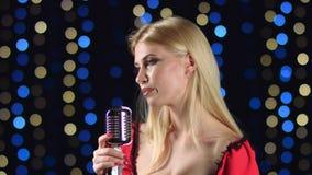 Meisje in het zingen in retro microfoon dolkomisch lied Zachte nadruk stock footage