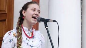 Meisje het Zingen in Russische Traditie 2 stock footage