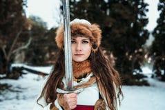 Meisje in historische kleren met een zwaard royalty-vrije stock foto's