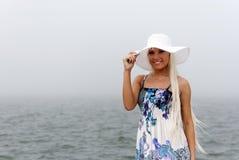 Meisje in hoed die zich in het nevelige overzees bevindt Royalty-vrije Stock Afbeeldingen