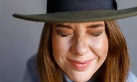 Meisje in hoed het lachen gesloten ogen Stock Foto's