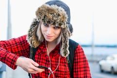 Meisje in hoed het stellen op de brug royalty-vrije stock afbeeldingen