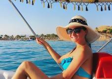 Meisje in hoed op catamaran op zee Stock Afbeeldingen