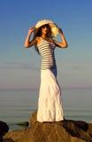 Meisje in hoed op het strand royalty-vrije stock fotografie