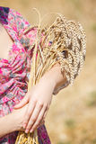 Meisje in hoed op tarwegebied Royalty-vrije Stock Foto's