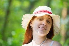 Meisje in hoed tegen aard royalty-vrije stock afbeelding