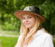 Meisje in hoed tegen park royalty-vrije stock afbeeldingen