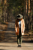 Meisje in hoedenplanken op de manier van bosbomen Royalty-vrije Stock Afbeeldingen