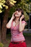 Meisje in hoofdtelefoons royalty-vrije stock afbeelding